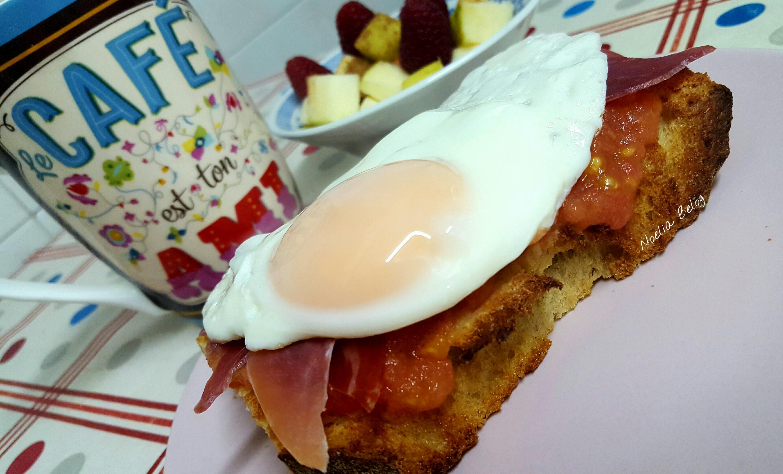 Desayuno saludable tostadas huevo y jamón